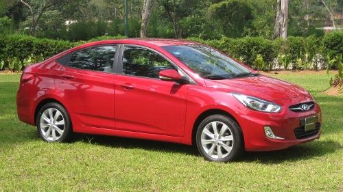 Dodge-Attitude-2012-frente-lateral
